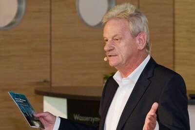 Siegfried Gänßlen, Vorstandsvorsitzender der Hansgrohe AG, begrüßt die Gäste in der Hansgrohe Aquademie.
