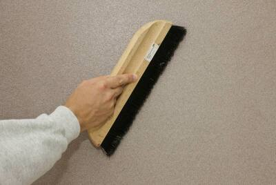 Anschließend wird das Material mit der Bürste verschlichtet.