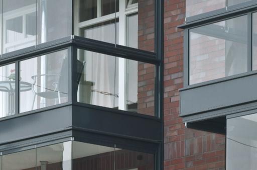 neue variante der solarlux balkonverglasung bietet mehr transparenz. Black Bedroom Furniture Sets. Home Design Ideas