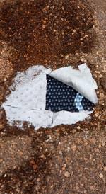 Obwohl die Oberflächentemperatur der Substratschicht kurz nach Versuchsende noch rund 300 °C betrug, waren an Filtervlies und Dränelement keinerlei Brandeinwirkungen festzustellen (im Bild der Aufbau mit Floradrain® FD 25).