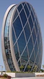 """Die 16.000 Quadratmeter große Glasfassade des """"HQ Building Abu Dhabi"""" wurde mit Isolierglas von Glas Trösch ausgeführt."""