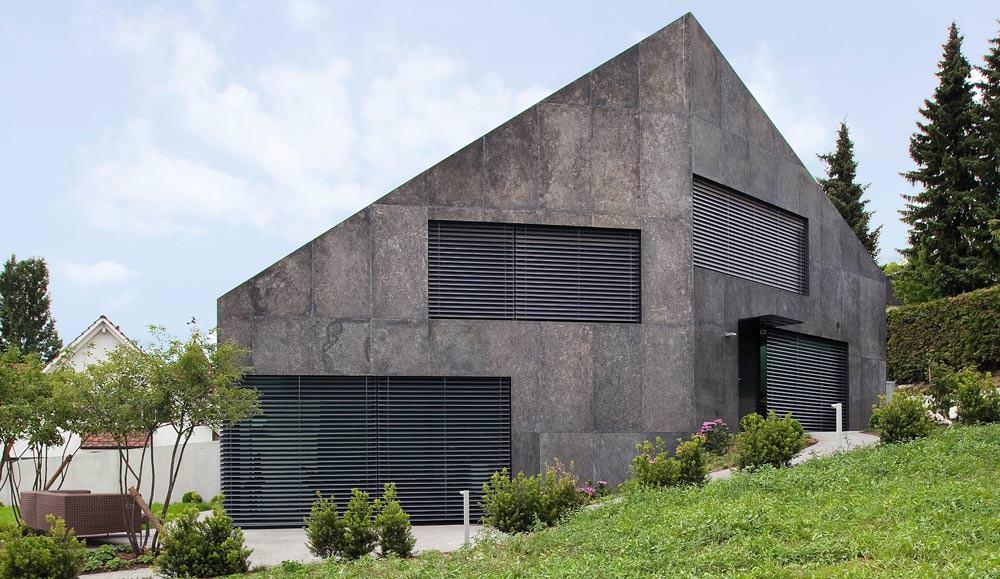 experiment getrenntes doppelhaus mit ge tzter feuerverzinkter fassade. Black Bedroom Furniture Sets. Home Design Ideas