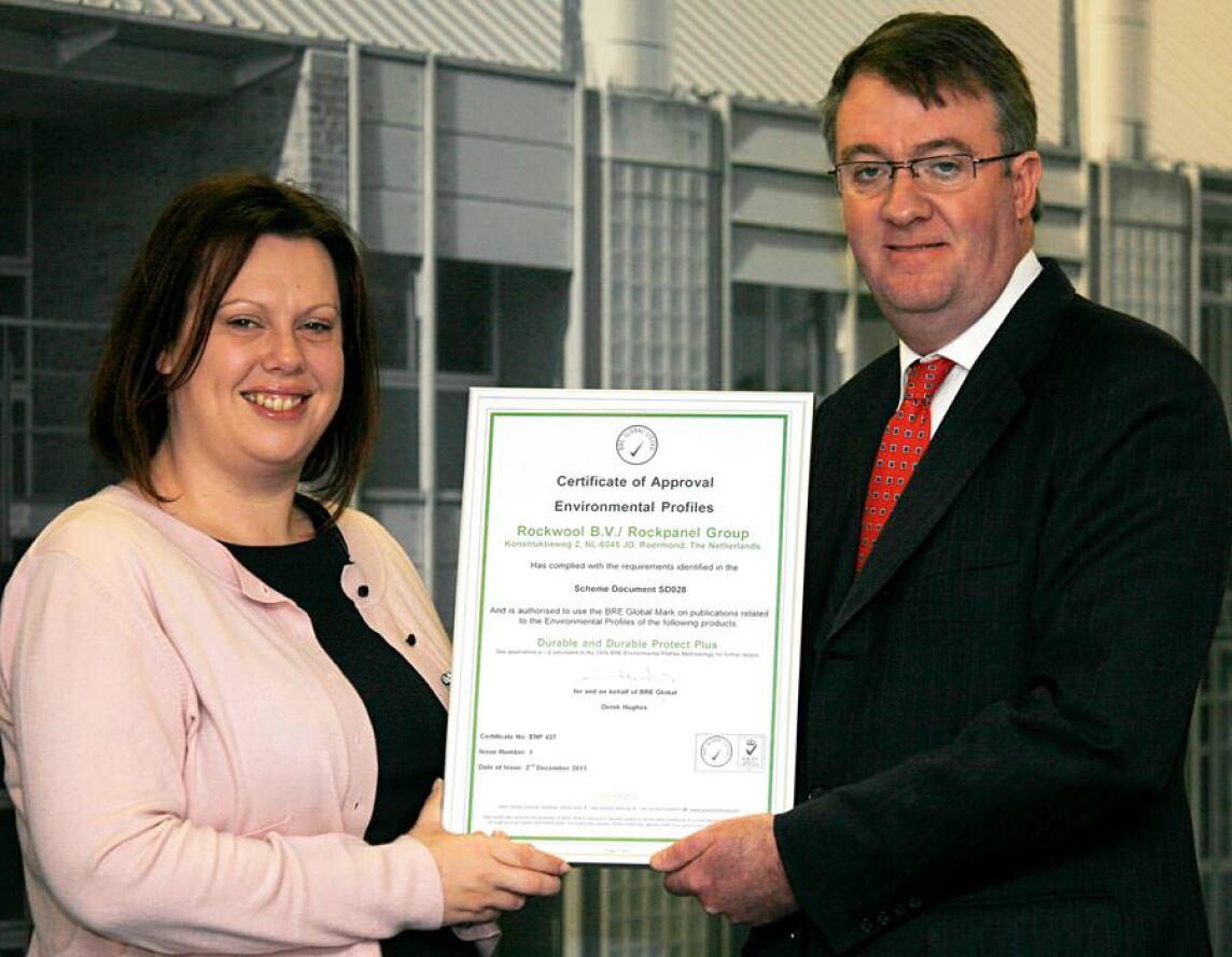 Victoria Blake vom British Building Research Establishment (BRE) überreichte Anfang 2012 die EPDs, die sämtliche Rockpanel Produkte als nachhaltige Baustoffe ausweisen, an William McDowell, Business Unit Director UK & Ireland
