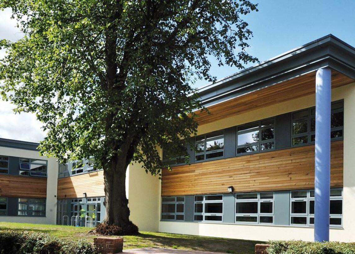 Eine ansprechende Architektur und natürliche Materialien schaffen Atmosphäre.