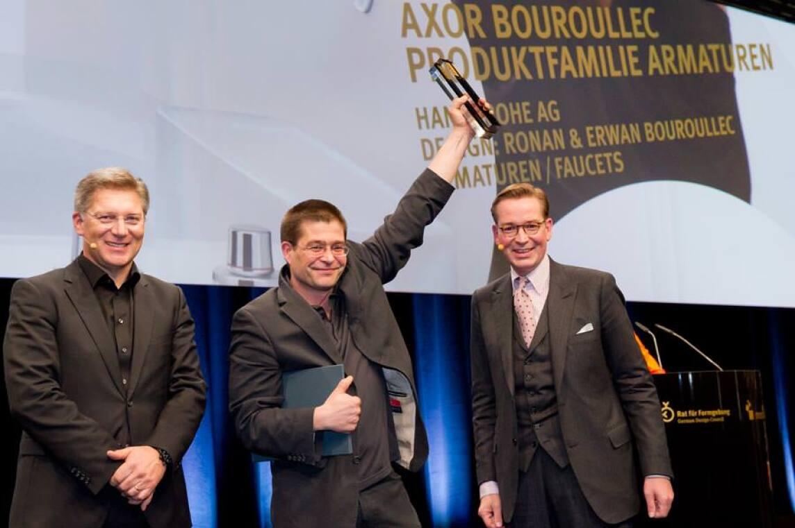 Richard Grohe nimmt den German Design Award 2012 in Gold für Axor Bouroullec entgegen.