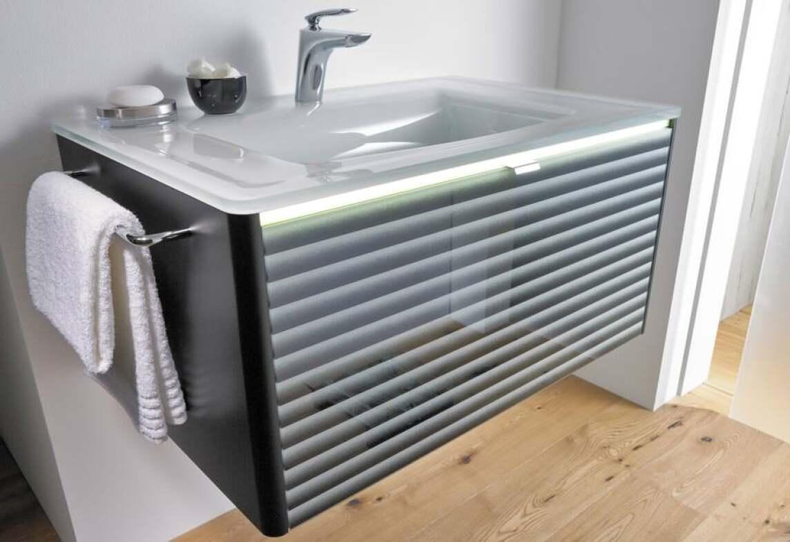 """""""oredo""""-Waschplatz - mit Lichtbändern und Oberflächen für"""