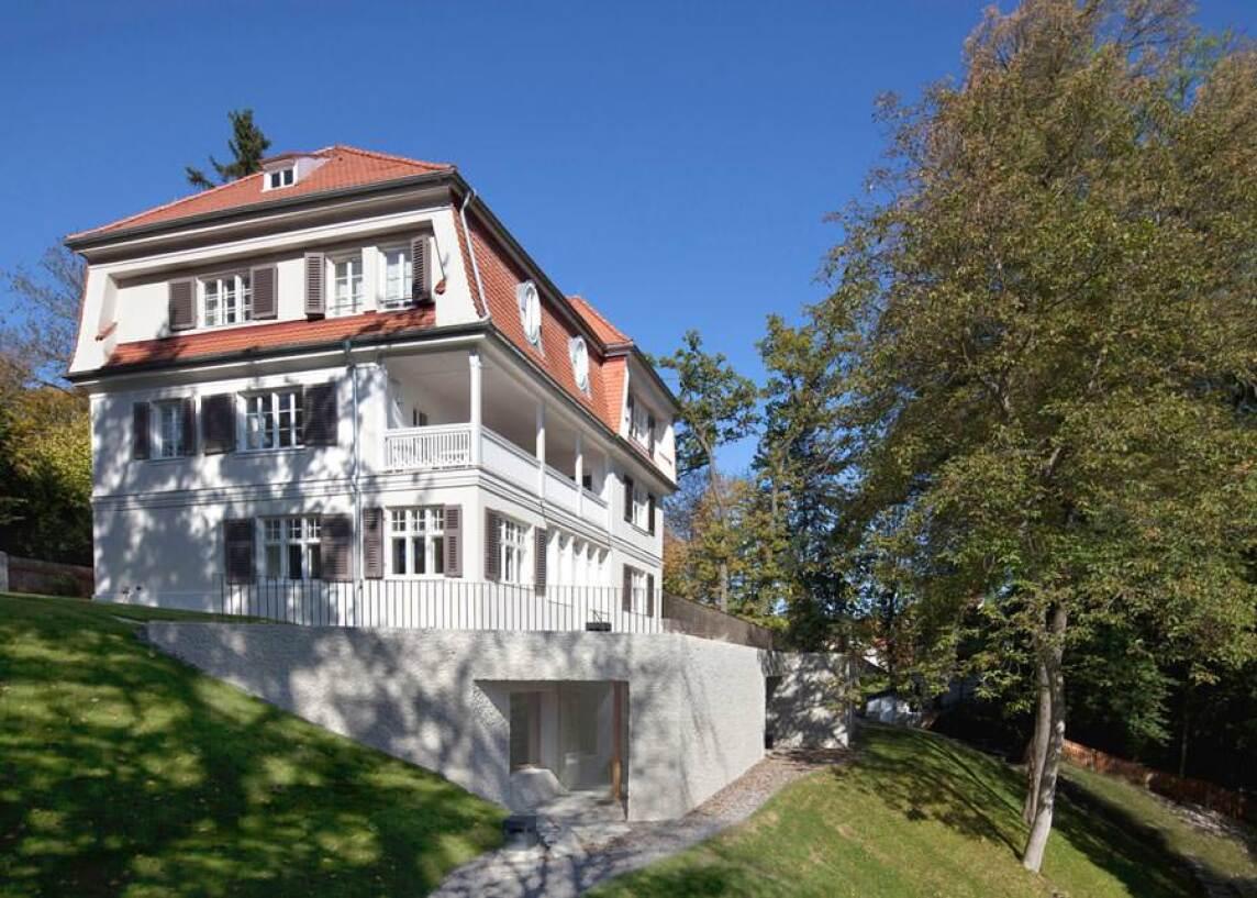 "denkmalgeschützte Villa in Gauting mit dem Titel ""Fels am Hang"""