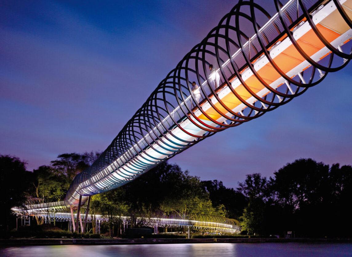 Slinky springs to fame bei Nacht