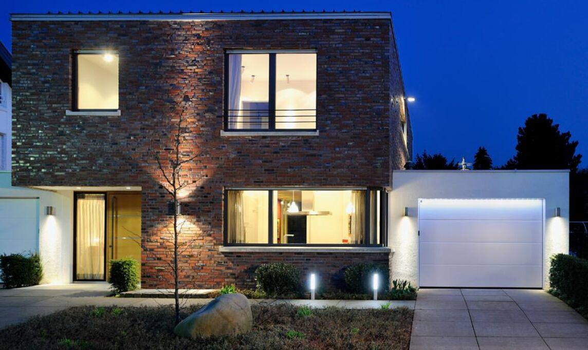 led lichtleisten setzen lichtakzente am garagentor. Black Bedroom Furniture Sets. Home Design Ideas