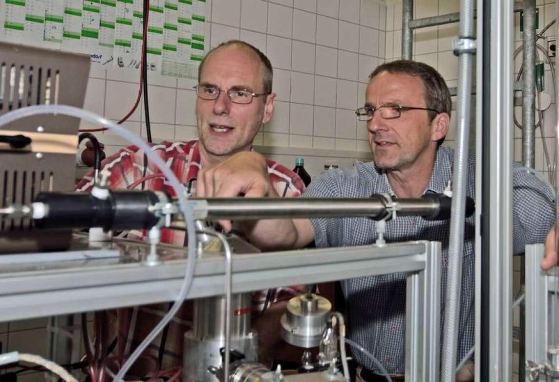 Dr. Torsten Berndt und Dr. Frank Stratmann im Chemielabor des Leibniz-Instituts für Troposphärenforschung in Leipzig