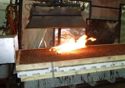Eine Minute nach dem Aufsetzen der Brandsätze wiesen die Flammen - angefacht durch das Gebläse - eine Länge von bis zu 50 cm auf.