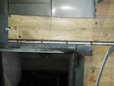 Aufgeschnittener Fenstersturzbereich nach Brandprüfung: kaum erkennbare Brandeinwirkung