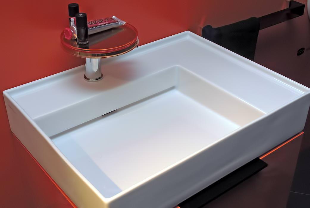 kartell by laufen veredeltes plastik trifft auf. Black Bedroom Furniture Sets. Home Design Ideas