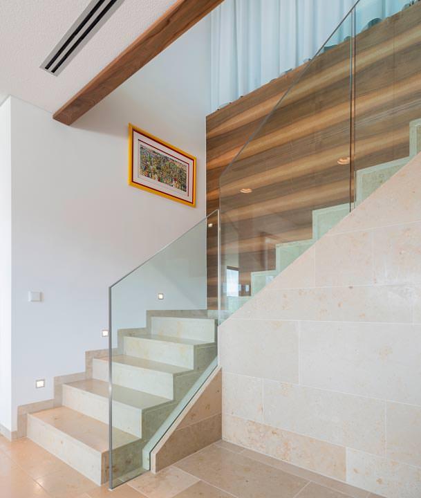 Ganzglas-Geländersystem in minimalistischer Form