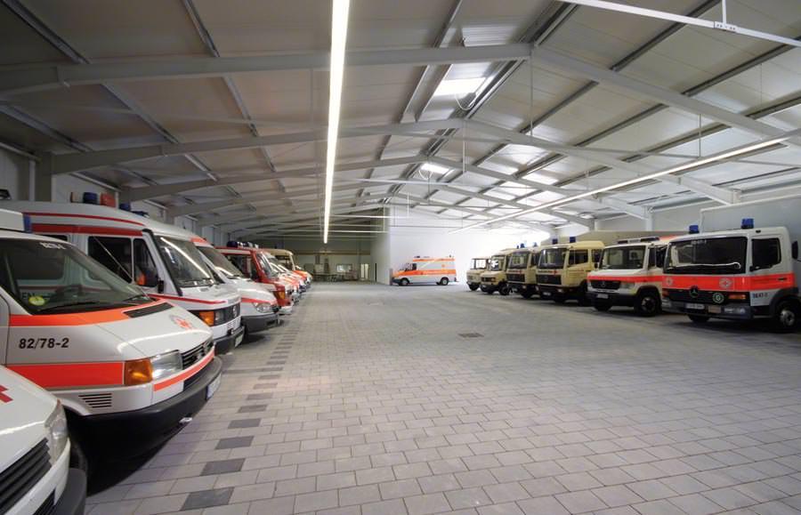 Stahlhalle von Haltec in modularer Systembauweise im DRK-Einsatz ...
