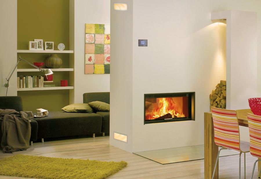 wasserf hrender durchsicht kamin zeigt auch die r ckseite des feuers. Black Bedroom Furniture Sets. Home Design Ideas