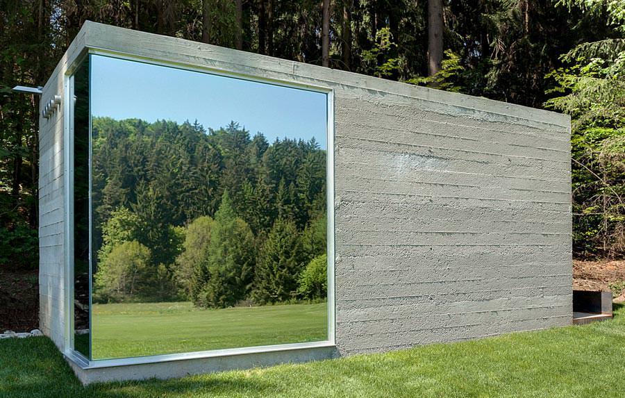 skulpturaler golfer lokus aus stampfbeton verspiegeltem glas und derbem holz. Black Bedroom Furniture Sets. Home Design Ideas