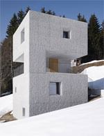 Schutzhütte mit gestockten Sichtbetonaußenwänden im Laternsertal