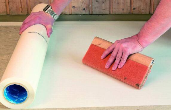 Sigan Bahnen auf Stoß in Laufrichtung des zu verlegenden Bodenbelages aufbringen.