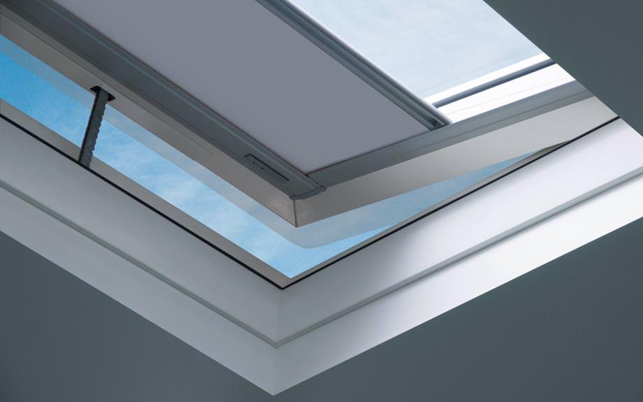 fakro bringt isolierglas flachdachfenster mit polycarbonat lichtkuppel auf den markt. Black Bedroom Furniture Sets. Home Design Ideas