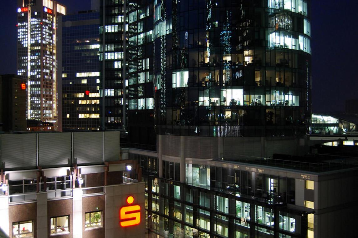 Blick vom Dach der Frankfurter Sparkasse auf Hochhausfassaden