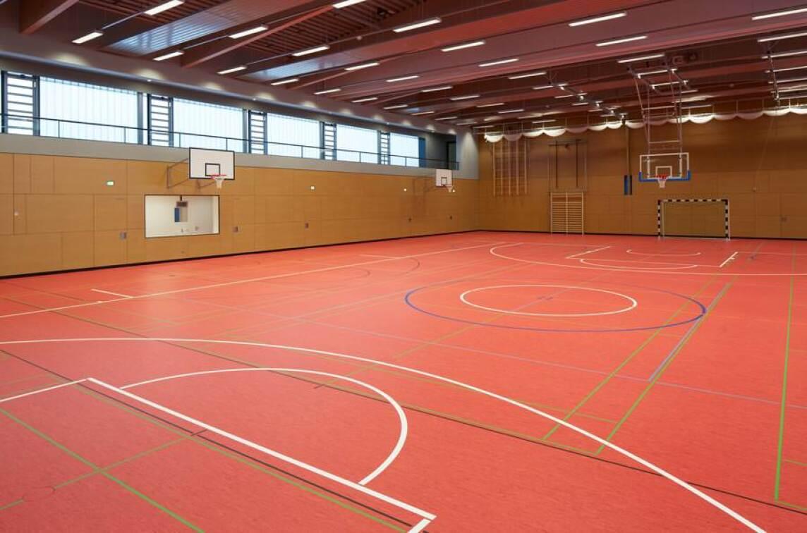 dlw sports linoleum bringt farbe in die dreifeldsporthalle. Black Bedroom Furniture Sets. Home Design Ideas
