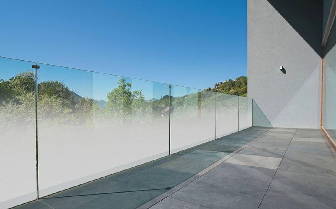 teilsatiniertes madras nuvola jetzt auch f r balkongel nder aus glas. Black Bedroom Furniture Sets. Home Design Ideas
