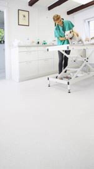 weißer Bodenbelag