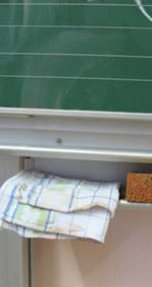 Schultafel mit Putzlappen und Schwamm