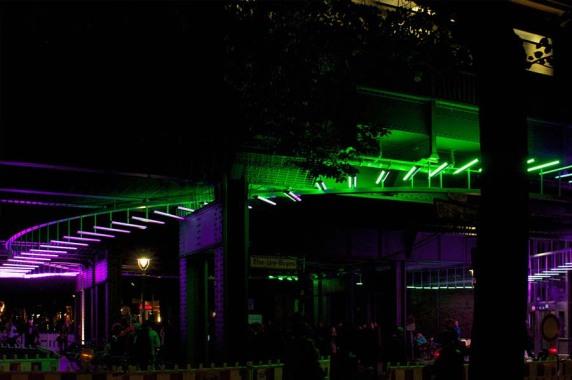 Lichtkunst: Lichtkunstinstallation Brücke Bleibtreustraße, Berlin (aletja plus GmbH), Foto: Gordon Wehowsky