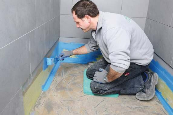 Der Übergang von der Wand zur Dusche wird angeputzt, mit einem Dichtband versehen und anschließend mit einer Flüssigkunststoffabdichtung versiegelt.