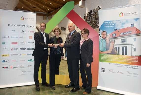 Hans Georg Löffler, Oberbürgermeister von Neustadt an der Weinstraße, erhält Top-Sanierer-Preis