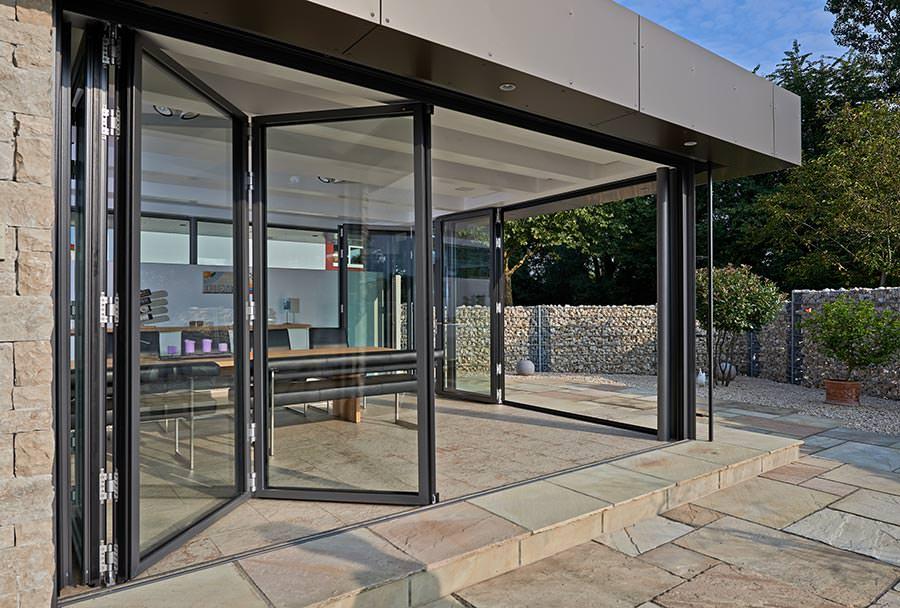 solarlux optimiert bodenschienen f r glas faltw nde im. Black Bedroom Furniture Sets. Home Design Ideas
