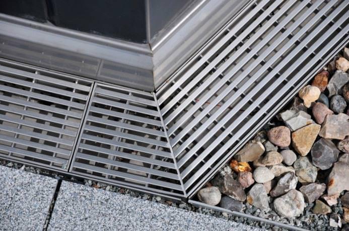 15 cm hohe abdichtung oder eine fassadenentw sserung bei schwellenlosen balkon t ren. Black Bedroom Furniture Sets. Home Design Ideas