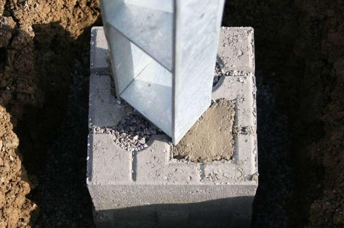 neuer fundament-stein erleichtert das errichten von zäunen und