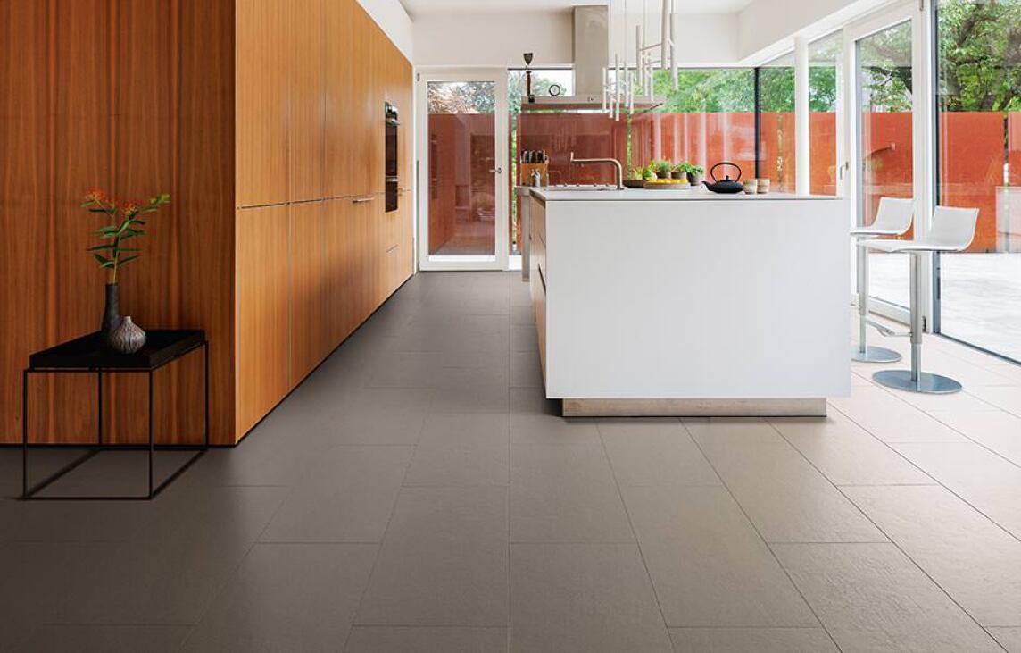 Beton Fußboden Verlegen ~ Celenio massiver holzboden in einem coolen beton oder sandigen