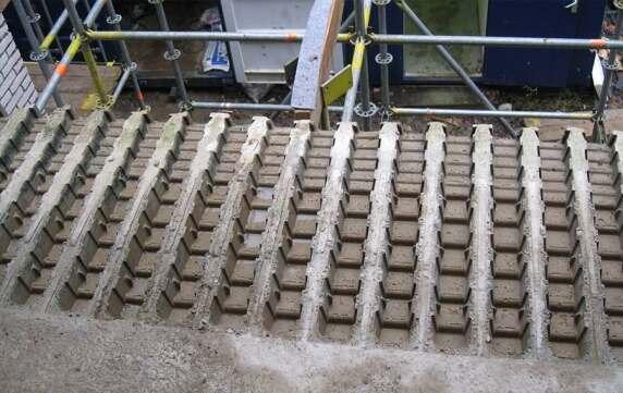 Rand- und Deckenelement sorgen für die notwendigen Aussparungen in der Geschossdecke.