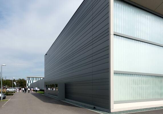 Werkstatt, Magazin, Verwaltungsgebäude (im Hintergrund) schirmen den Betriebshof zur Magellan Allee hin ab.