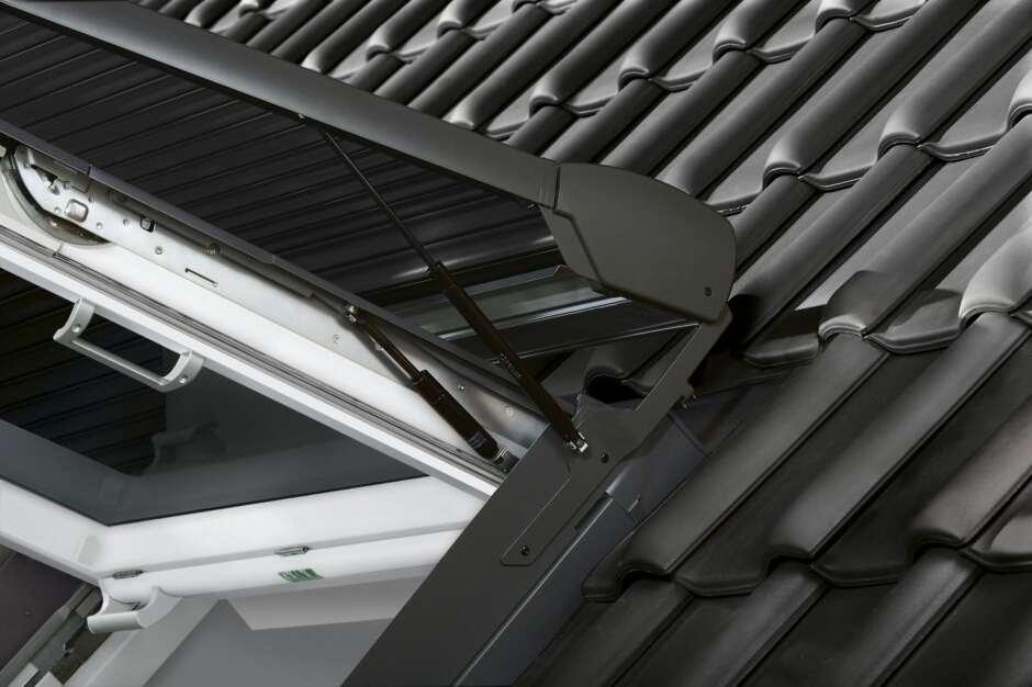 neu velux solar rollladen f r wohn und ausstiegsfenster. Black Bedroom Furniture Sets. Home Design Ideas