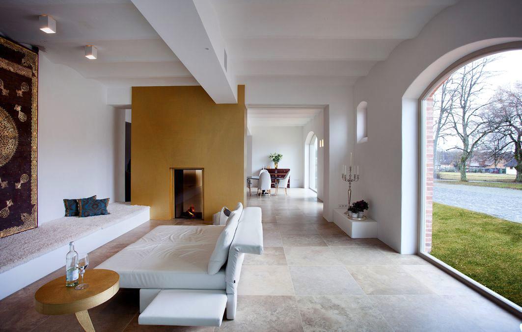 vom stall zur hellen loft wohnung mit u a xxl segmentbogenfenstern aus holz. Black Bedroom Furniture Sets. Home Design Ideas