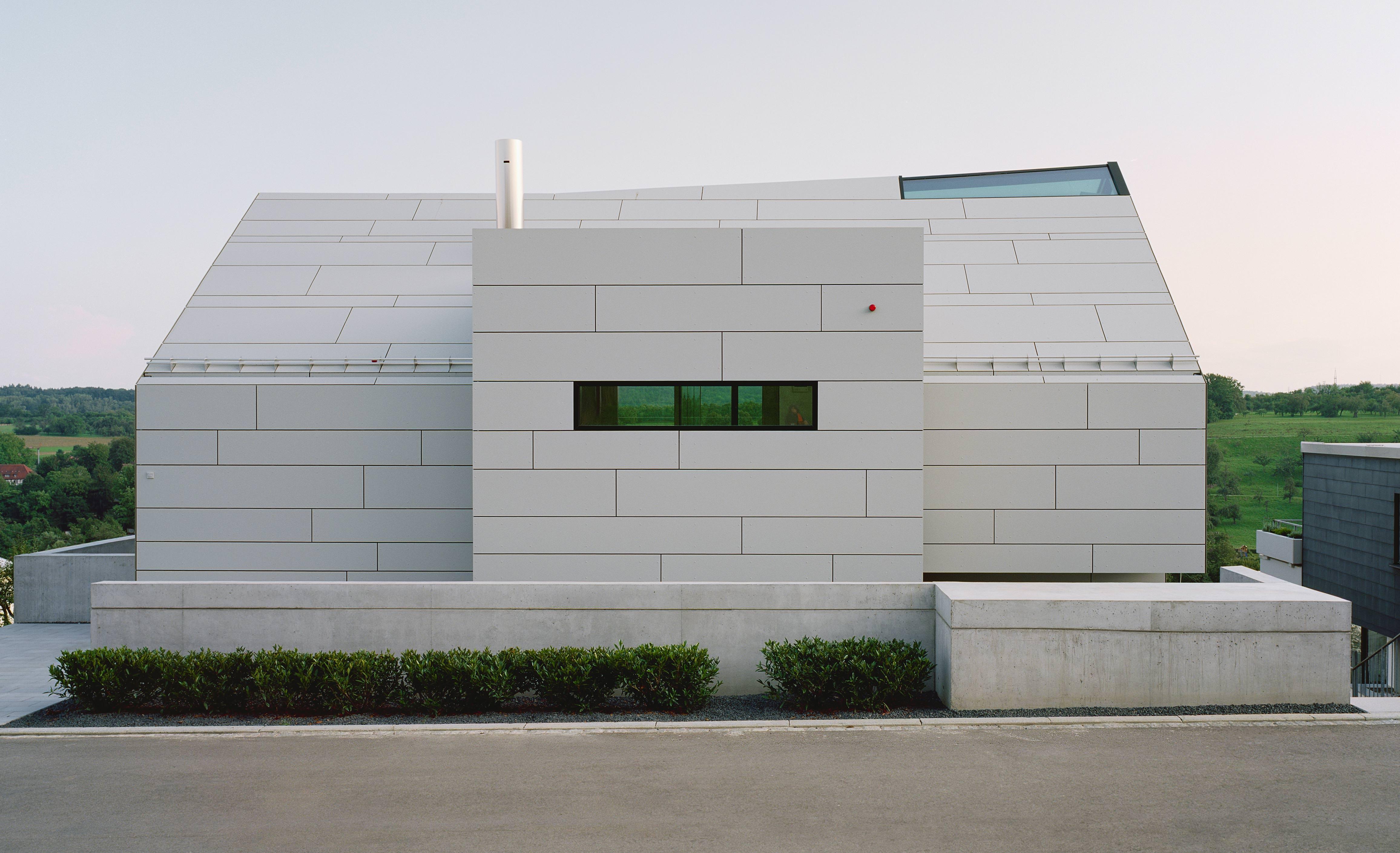 stuttgart ein in faserzement gekleidetes wohnhaus mit zwei gesichtern mit fassadentafel. Black Bedroom Furniture Sets. Home Design Ideas