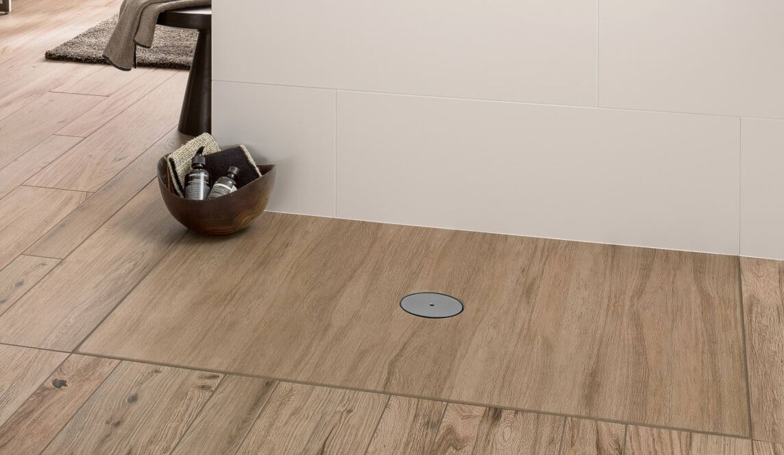 keramische duschwannen mit aktuellen fliesen und holzbodendesigns. Black Bedroom Furniture Sets. Home Design Ideas