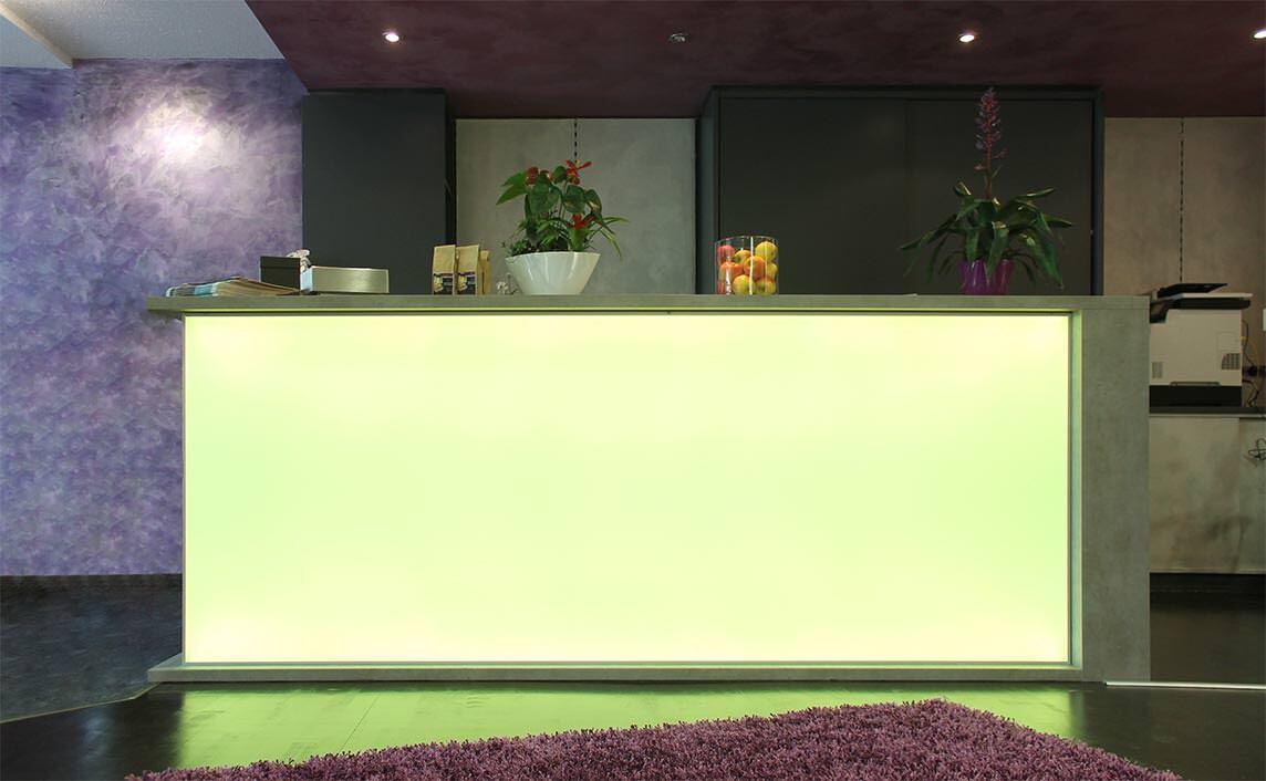 ledscreen homogenes fl chiges licht mit bemerkenswert geringer bautiefe. Black Bedroom Furniture Sets. Home Design Ideas