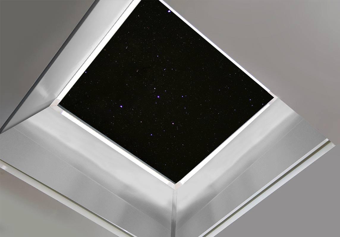 ausgezeichnetes flachdachfenster mit led lichtleisten und reflektorschicht am aufsatzkranz. Black Bedroom Furniture Sets. Home Design Ideas