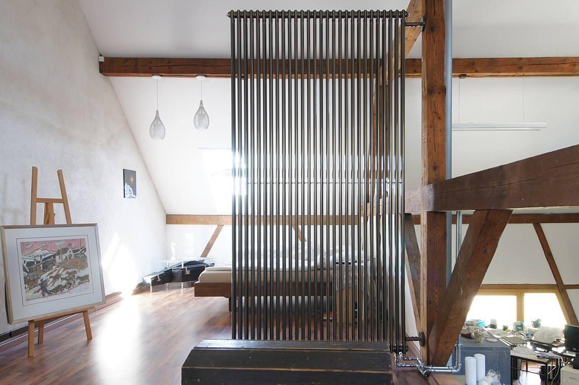loft living mit berdimensionalen charlestons als w rmek rper und raumteiler. Black Bedroom Furniture Sets. Home Design Ideas
