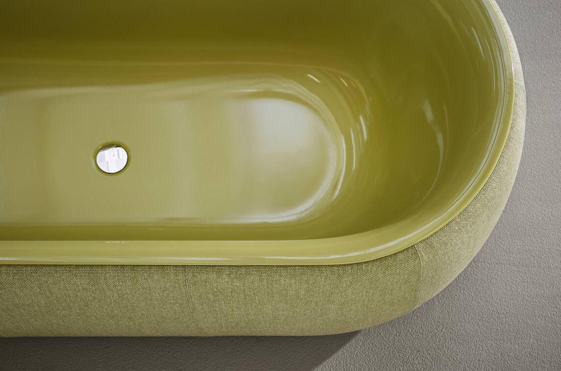 was ist hart wie stahl und weich wie ein sofa eine badewanne im stoffkleid. Black Bedroom Furniture Sets. Home Design Ideas