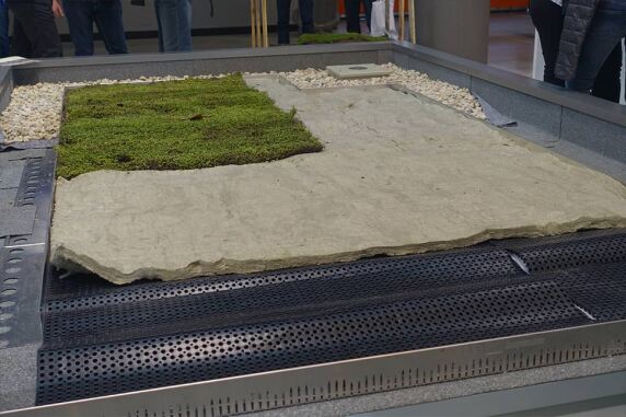 10/13: Leichte Dachbegrünung mit Mineralflies und fertiger Vegetationsschicht bei Knauf Insulation