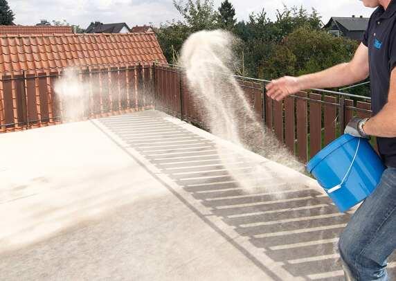 5/6 In Verbindung mit eingestreutem Quarzsand bildet das Epoxidharz eine hoch belastbare Oberfläche.