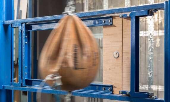 Ein Sandsack simuliert den Einbruch mit Schulterkraft. (alle Fotos: Stiftung Warentest)