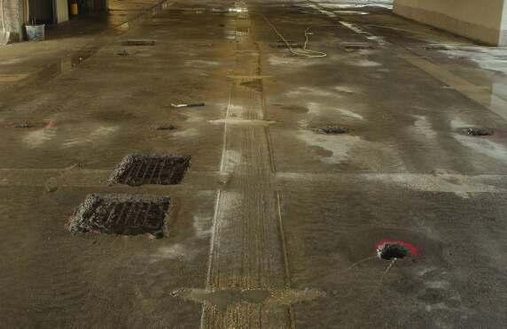 Die Schadstellen wurden mit Hochdruckwasser freigelegt und die PAK-haltigen Fugen abgefräst. © Koch GmbH